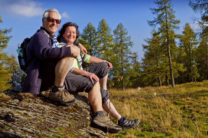coppia di signori che fa trekking
